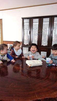 子供達のおやつタイムの写真