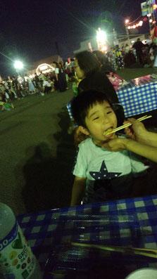 子供が食べている写真