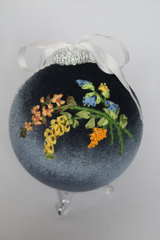Weihnachtskugel gestickt mit Hängeblumen