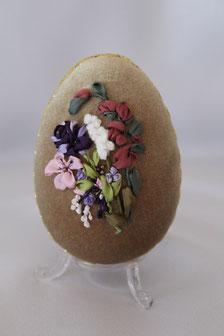 Osterei mit bunten Blumen