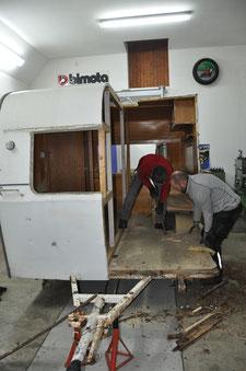 Das Teilen des Wohnwagens verlangt technisches Geschick und den Blick 'für's Ganze'
