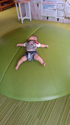 寝っ転がる赤ちゃんの写真