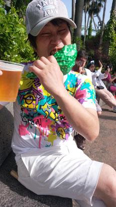 ビールとチキンの写真
