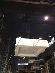 CLT2時間耐火仕様の試験体 クレーンで加熱炉に移動中