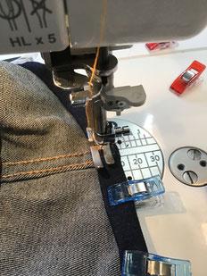 gros plan sur la couture d'un ourlet sous le biche de biche machine à coudre
