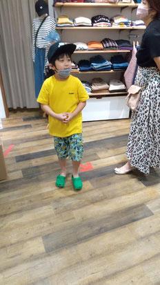 帽子を選ぶ子供の写真