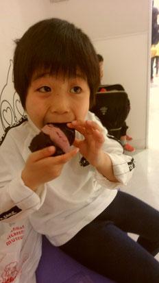 パンを食べる子供の写真