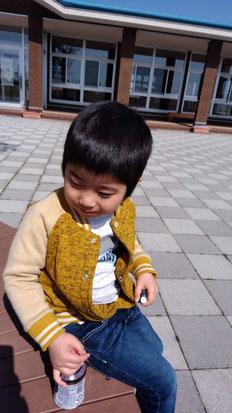 ジュースを飲む子供の写真
