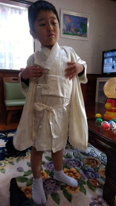 袴を脱ぐ子供の写真