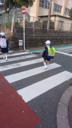 学校に行く子供の写真