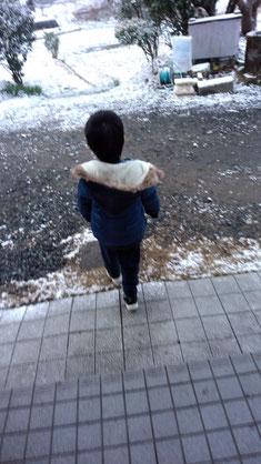 外にくり出す子供の写真