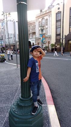 街に溶け込む子供の写真