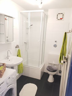 Und das Bad auch frisch - strahlendes weiss mit dunklem Boden - ein Farbtupfer grün - Wasser marsch!