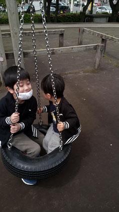 遊具で遊ぶ兄弟