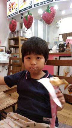 クレープを食べる子供の写真