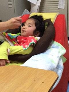 小児用嚥下補助クッションニョロキチ君の使用例