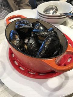 ムール貝! パリのレストランのテラス席で、山盛りのムール貝を食べたことを思い出しました(^^♪