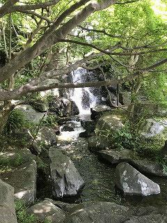 園庭に流れる滝です。結構音がして存在感があります。