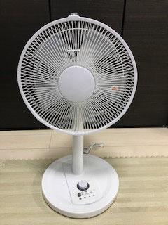 一般的な扇風機は羽をモーターで回すタイプです。