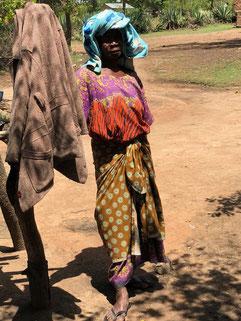 Diese Frau kümmert sich um mehrere Waisenkinder.