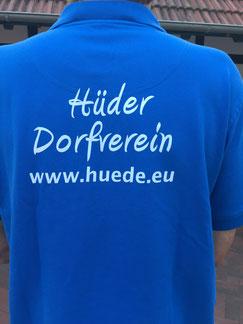 """Auf dem Rücken des blauen T-Shirts steht geschrieben """"Hüder Dorfverein www.huede.eu"""""""