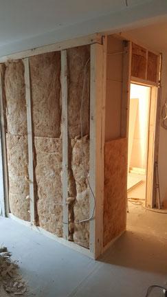 Umbau einer Praxis zu einer Wohnung. Diverse Praxisgegenstände wurden herausgerissen, ein Badezimmer und ein Gäste WC eingebaut, Ständerwände gestellt, ein Fenster durch eine Tür ausgetauscht, damit der Balkon betreten werden kann, Türen zugemauert und ve
