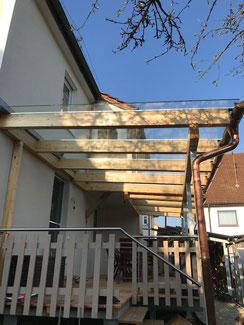 Überdachung in Balingen. Holz Stahl Konstruktion. Bedachung mit Glas.