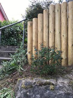 Holzpalisaden in Balingen - Heselwangen. Holzpalisaden in verschiedenen Ausführungen. Rundholz kesseldruckimprägmiert, oder Kastanienholz gefräst oder naturwuchs. Kastanienholz ist ein sehr langlebiges Holz im Außenbereich. Maßerung ähnlich Eichenholz.