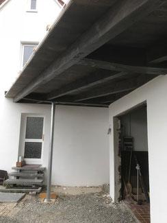 Garage und Carport in Hechingen Boll mit Überdachung des Eingangsbereichs.