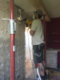 Herstellung eines Wanddurchbruchs in Balingen. Die Tragende Wand wird durch einen Stahlträger auf zwei Stützen ersetzt, so entsteht ein offener Wohn - Essbereich.
