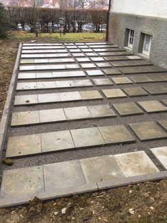 Das ist ein Flächenfundament in Balingen. Schotter verdichtet - Kies zum nivelieren und Terrassenplatten als Auflager für den Terrassenbelag.