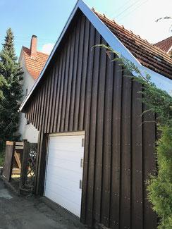 In Balingen Stockenhausen haben wir einen Schuppen neu verkleidet. Fichte Bretter in Boden Deckel Verlegung. Vor der Montage wurden die Bretter mit Leinöl in dunkelbraun gestrichen.
