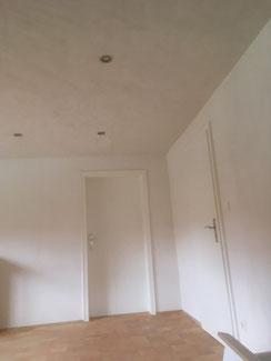Decke mit Lehmbauplatten und Lehm Edelputz weiß in Balingen. Die Lehmbauplatten wurden mit Lehmfeinputz verputzt. Darauf noch ca. 2mm Lehm Edelputz. Die Türen wurden mit Standölfarbe weiß gestrichen.