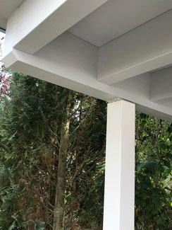 Detail aussteifende Pfetten Pfosten Verbindung ohne Büge oder Kopfbänder. Holzkonstruktion aus Brettschichtholz ( BSH ) . Holzbehandlung mit Naturfarben. Anstrich Pfosten mit Standöl weiß - Anstrich Dachkonstruktion mit Standölfarbe grau.