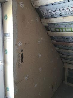 Innendämmug einer Giebelwand in Obernheim im Zuge der Ausbauarbeiten im Dachgeschoß. mit Lehm und Holzfaser.