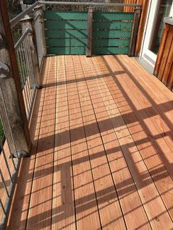 An einem Holzbalkon in Balingen Erzingen wurde der Terrassenbelag ausgetauscht. Hier haben wir geriffelte Bretter aus Douglasie Holz verwendet. Geriffelt da man die Terrassenbretter auch glatt gehobelt bekommt.