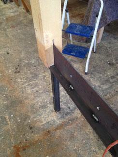 Detail Befestigung der Balken für die Sichtschutzwand aus Lärchenholz unbehandelt. Die Balken wurden eingelassen und mit Bolzen verschraubt. So kann man bei Bedarf ohne viel Mühe ein Balken austauschen.