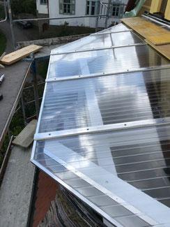 Bei dieser Trapezförmigen Überdachung in Binsdorf wurde das Dach mit Plexiglas Doppelstegplatten eingedeckt.
