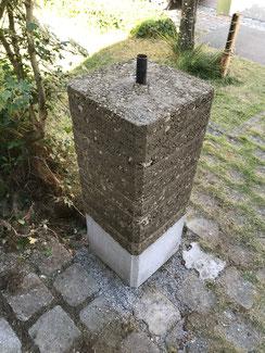 Stampflehm Mauer oder Sockel für einen Briefkasten. Mit Stampflehm können auch schöne Wände im Außenbereich erstellt werden. Die Wand sollte von oben und unten vor Feuchtigkeit geschützt werden.