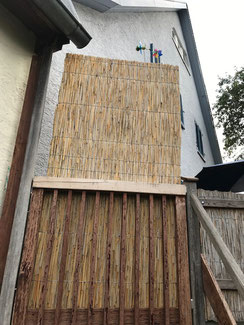Sichtschutz Elemente aus Schilfrohr. Schilfrohrplatten bieten sich auch gut zum Sichtschutz an. Wir haben verschiedene Plattenstärken. Die Platte hat eine Abmessung von 100 x 200 cm
