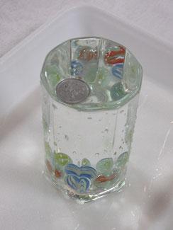 最初に、アメンボに見立てた1円玉を浮かべ表面張力の実験を行いました