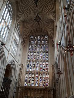 Das Ostfensterzeigt 56 Szenen aus dem Leben Jesu...