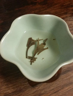 餐月 茶殻・・・葉は細かくちぎれているのもが多い