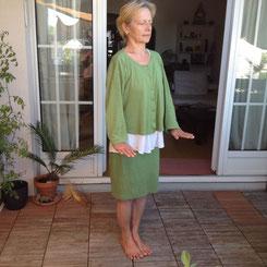 Katharina praktiziert Qigong auf der Terrasse