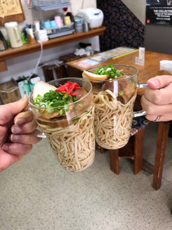 沖縄そばで乾杯できます。