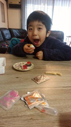 お菓子を食べる子供の写真