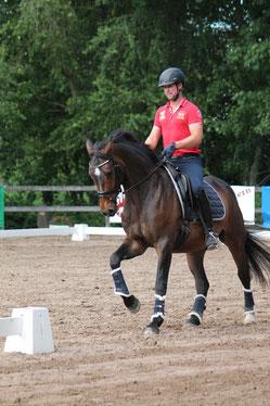 """Steffen mit einem unserer ehemaligen Verkaufspferde """"Ronaldo"""""""