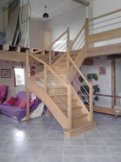 Escalier placé au milieu d'une grande piéce