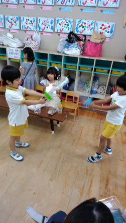 剣で遊ぶ子供たちの写真