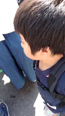 何かを見つめる子供の写真